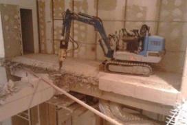 demolare placa beton cu miniexcavator